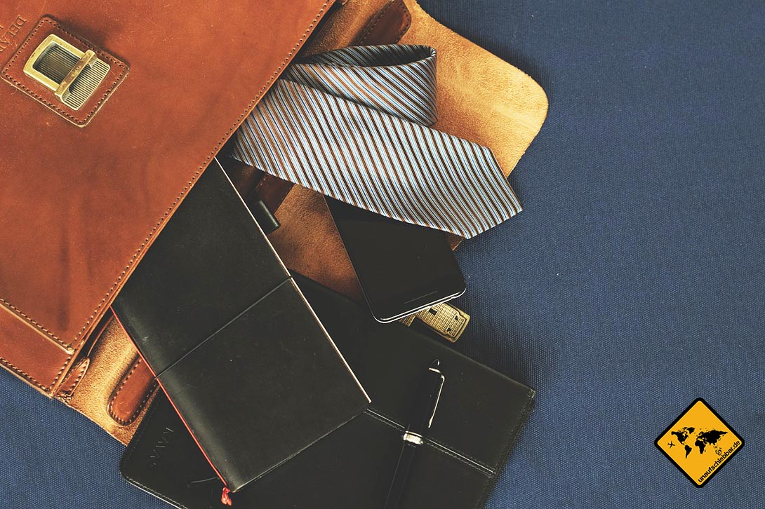 Tasche mit Schlips, Smartphone, Tablet etc.