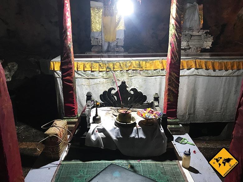 Goa Giri Putri Nusa Penida Tempel Opfergaben