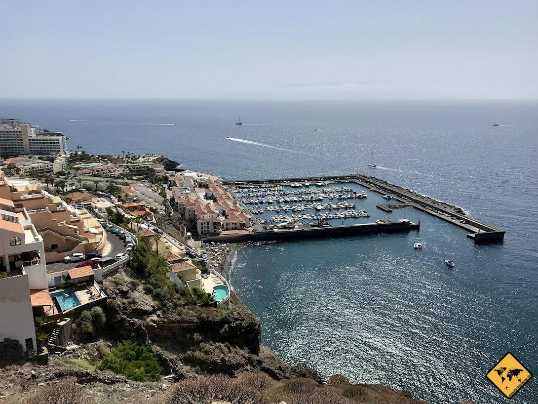 Teneriffa Los Gigantes - Blick auf einige der Pools mit Aussicht auf den Jachthafen und das Meer