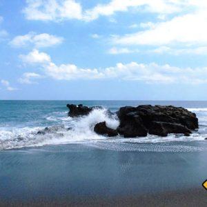 Hin und wieder begegnen dir Felsen im Meer und lassen die aufprallenden Wellen klangvoll empor steigen