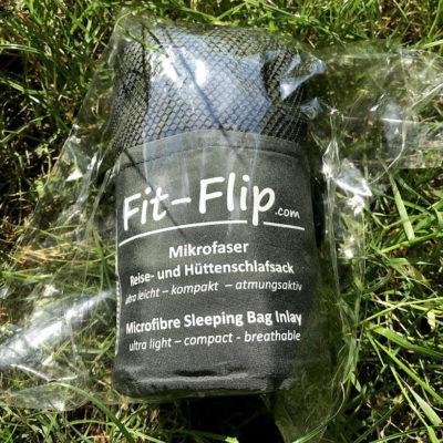 Wenn du den Fit Flip Hüttenschlafsack über Amazon bestellst, wird er mit Schutzfolie geliefert