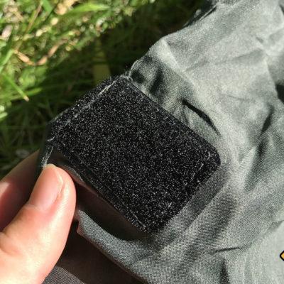 Hüttenschlafsack Test: Der Fit Flip Reiseschlafsack kann mit Klettverschluss geschlossen werden