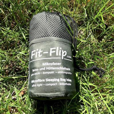 Hüttenschlafsack Test: Der Fit Flip befindet sich in einer praktischen Schutztasche, die sich zum Transport sehr gut eignet