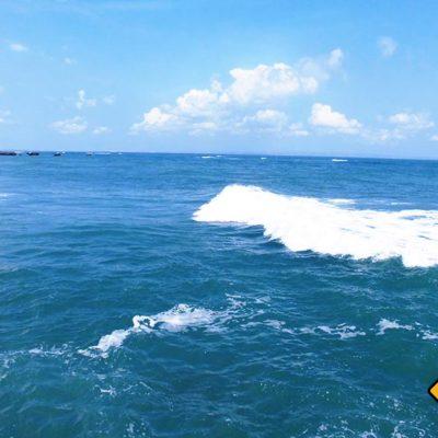 In Mitten des Meeres kannst du die Wellen einrauschen sehen