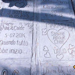 In Ubud gibt es einen langen Weg voller individuell gestalteter Steinplatten