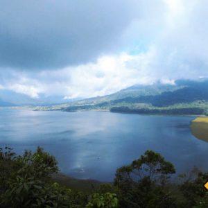 In den Bergen kann der Himmel während deiner Bali Rundreise am ehesten wolkenverhangen sein
