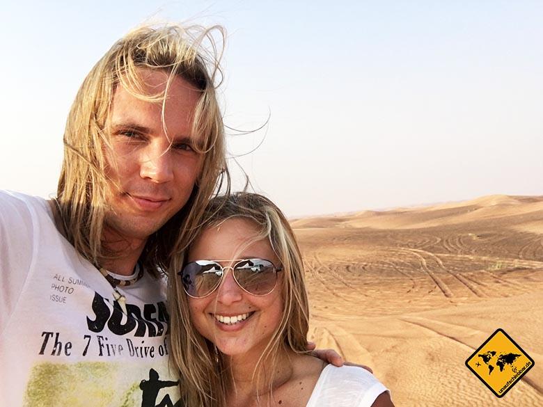 In der Dubai Wüste ist es durchaus etwas windig, wie du an unseren Haaren erkennst