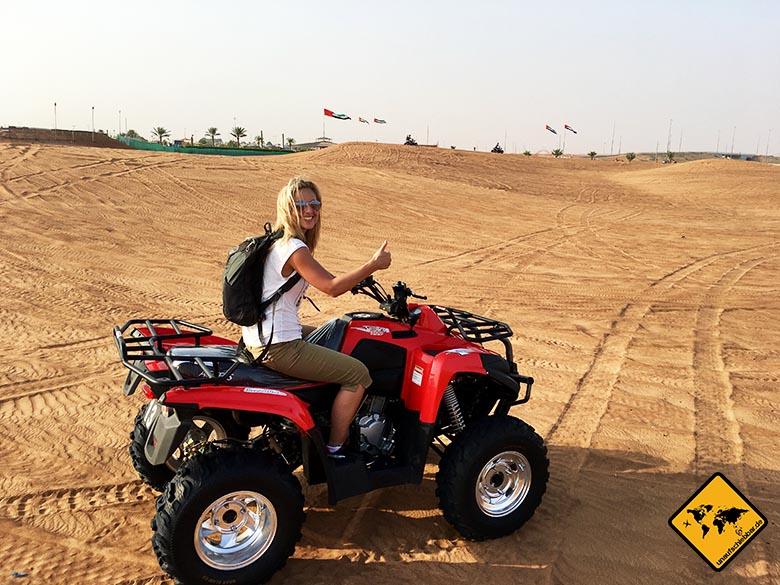 Jenny beim Quad fahren in der Dubai Wüste
