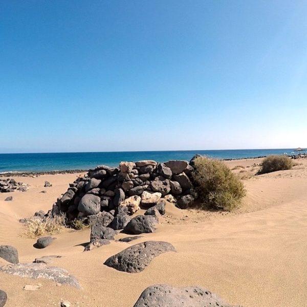 Lanzarote Puerto del Carmen Strand Windschutzmauer