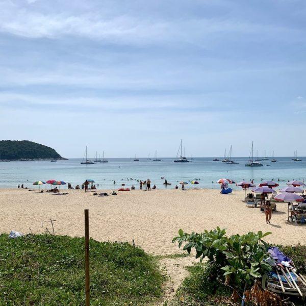 Liegestühle Nai Harn Beach Phuket