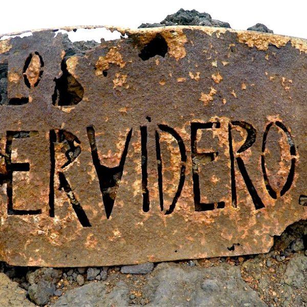 Das Schild von Los Hervideros passt zur mystischen Atmosphäre, die dieser Ort erzeugt