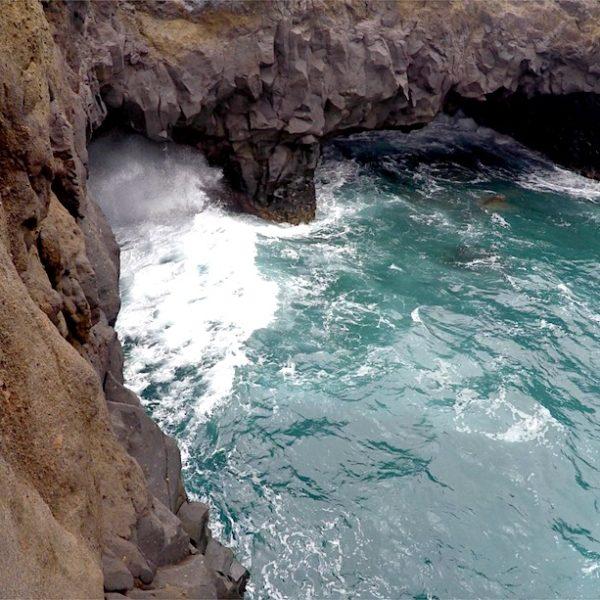 Von den Klippen bei Los Hervideros kannst du das Meer beobachten