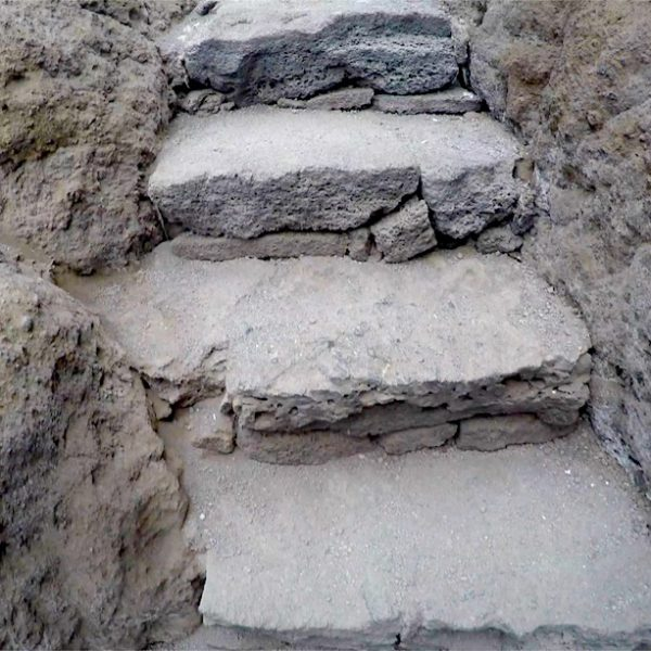 Auch die Treppen, die dich die Wege durch die Lavafelder hinaufführen, wurden natürlich ins Bild der Landschaft integriert