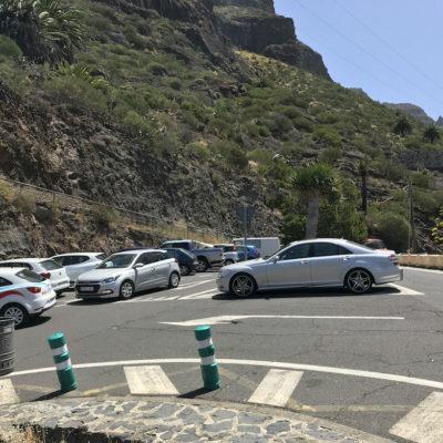 Auf dem kostenfreien Parkplatz der Masca Schlucht findest du je nach Besucherandrang nur mit Wartezeit einen Parkplatz