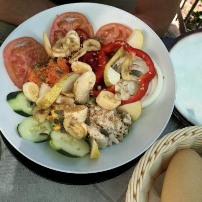 Unser empfehlenswerter Salat im Restaurante La Fuente mit tollem Blick auf die Masca Schlucht Teneriffa