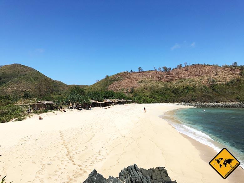 Blick auf die kleinen Holzhütten am Mawi Lombok Beach