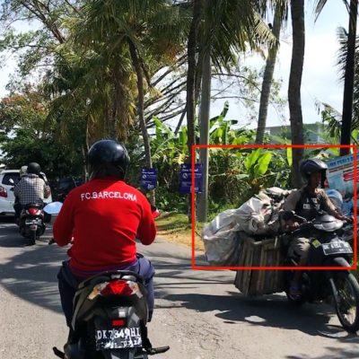 Mietwagen Bali: Einer der Gefahren für Autofahrer sind Roller, deren Ladung nicht allzu gut gesichert ist
