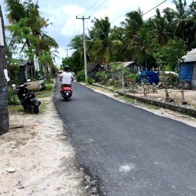 Die Straßen auf Nusa Lembongan sind tendenziell sehr schmal, sodass du hier am besten zu Fuß, mit dem Fahrrad oder dem Roller unterwegs bist. Auch der Island Buggy ist eine gute Alternative.