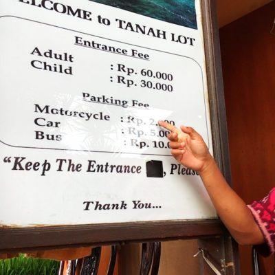Teilweise musst du fürs Parken auf Bali eine kleine Gebühr entrichten wie hier z.B. am Tanah Lot Tempel