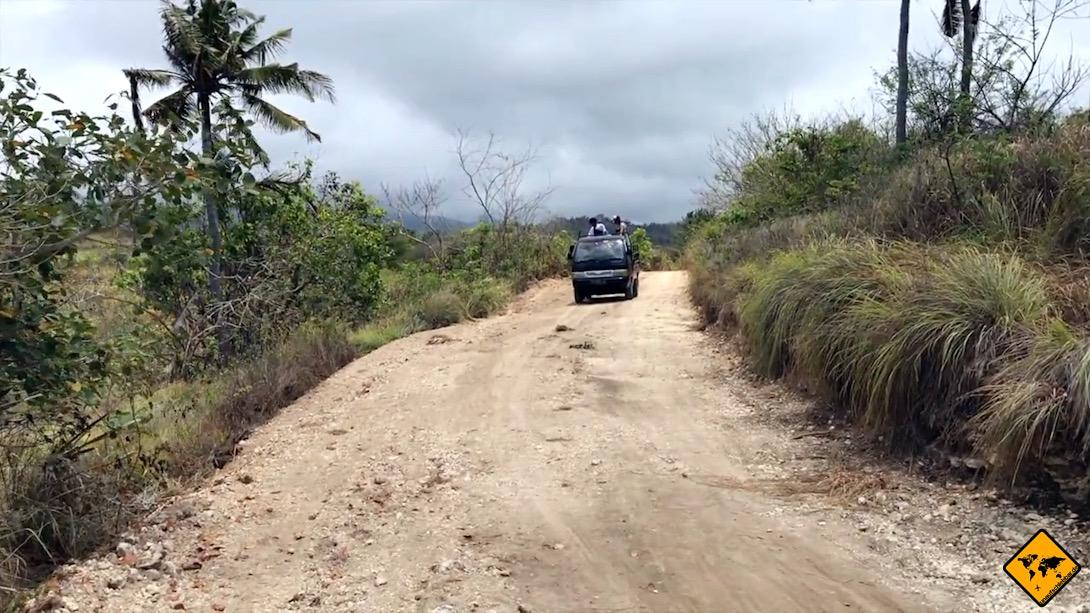 Mietwagen Bali: Die Straßen auf Nusa Penida bestehen teilweise noch aus Sand und Schotter