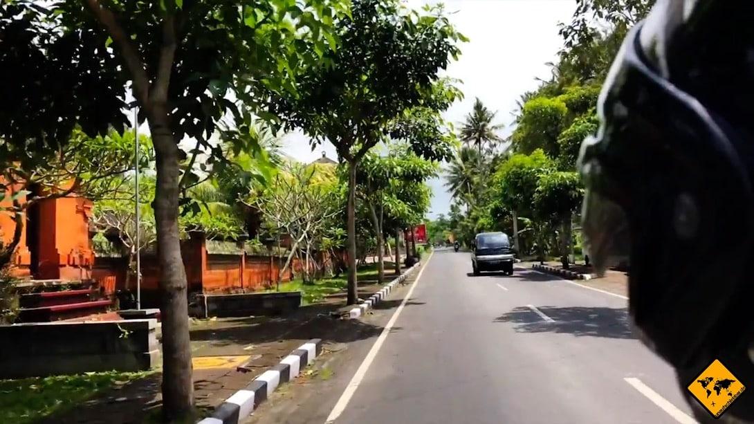 Auf Bali gibt es viele Roller, die du als Autofahrer schnell übersehen kannst. Daher solltest du besonders vorsichtig fahren und viel in die Außenspiegel schauen.
