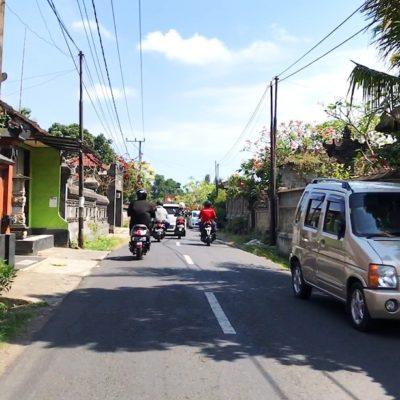 Viele Indonesier parken ihre Autos am Straßenrand, auch wenn sie dann die Fahrbahn etwas blockieren