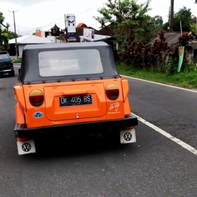 Mit einem schmalen Auto wie diesem alten VW bist du auf Bali am besten unterwegs