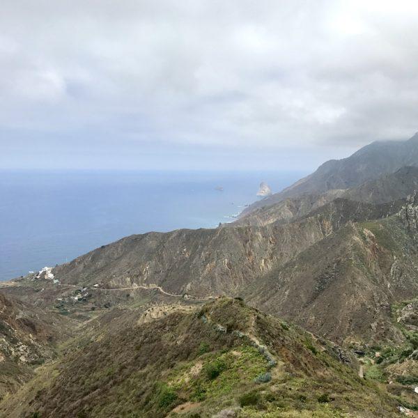 """Am Aussichtspunkt """"Mirador Risco Mogote"""" hast du einen schönen Blick auf die Felsküste an der Ostseite des Macizo de Anaga"""