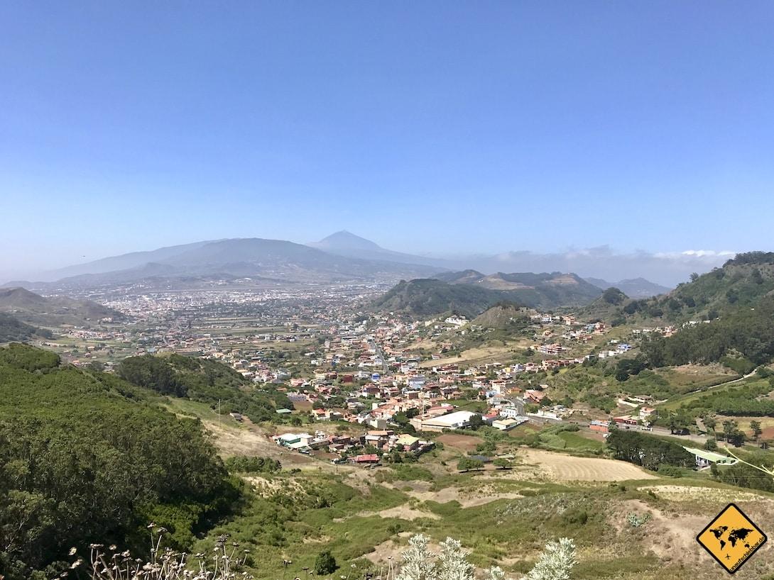 """Vom Aussichtspunkt """"Mirador de Jardina"""" blickst du auf La Laguna und kannst weit hinten sogar den Teide erkennen"""