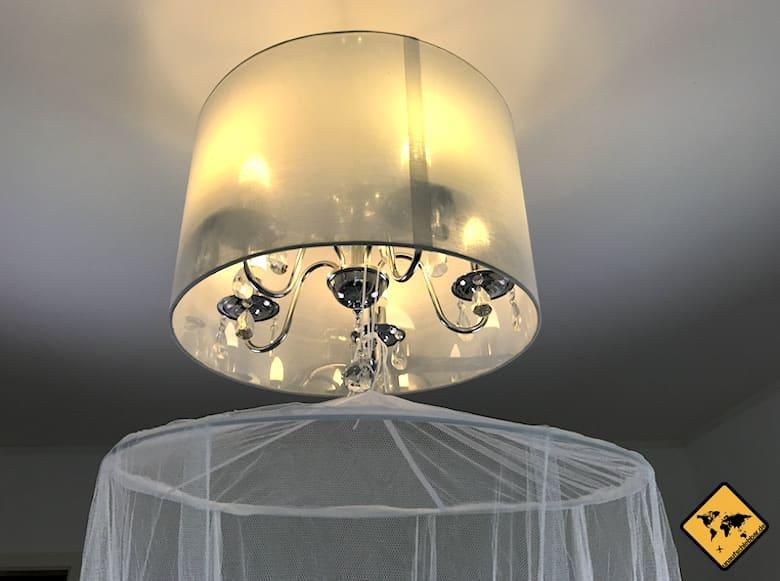 RSP Moskitonetz Travel XXL an der Lampe befestigt