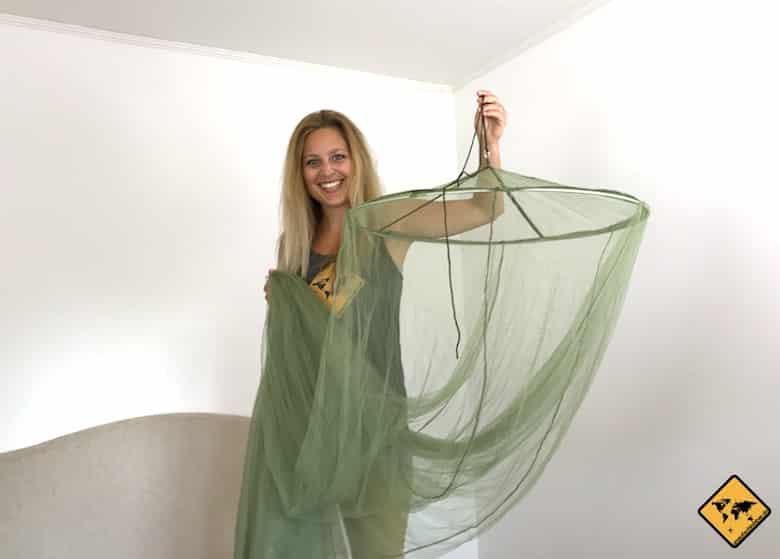 Jenny beim Aufhängen des RSP Travel XXL Moskitonetzes