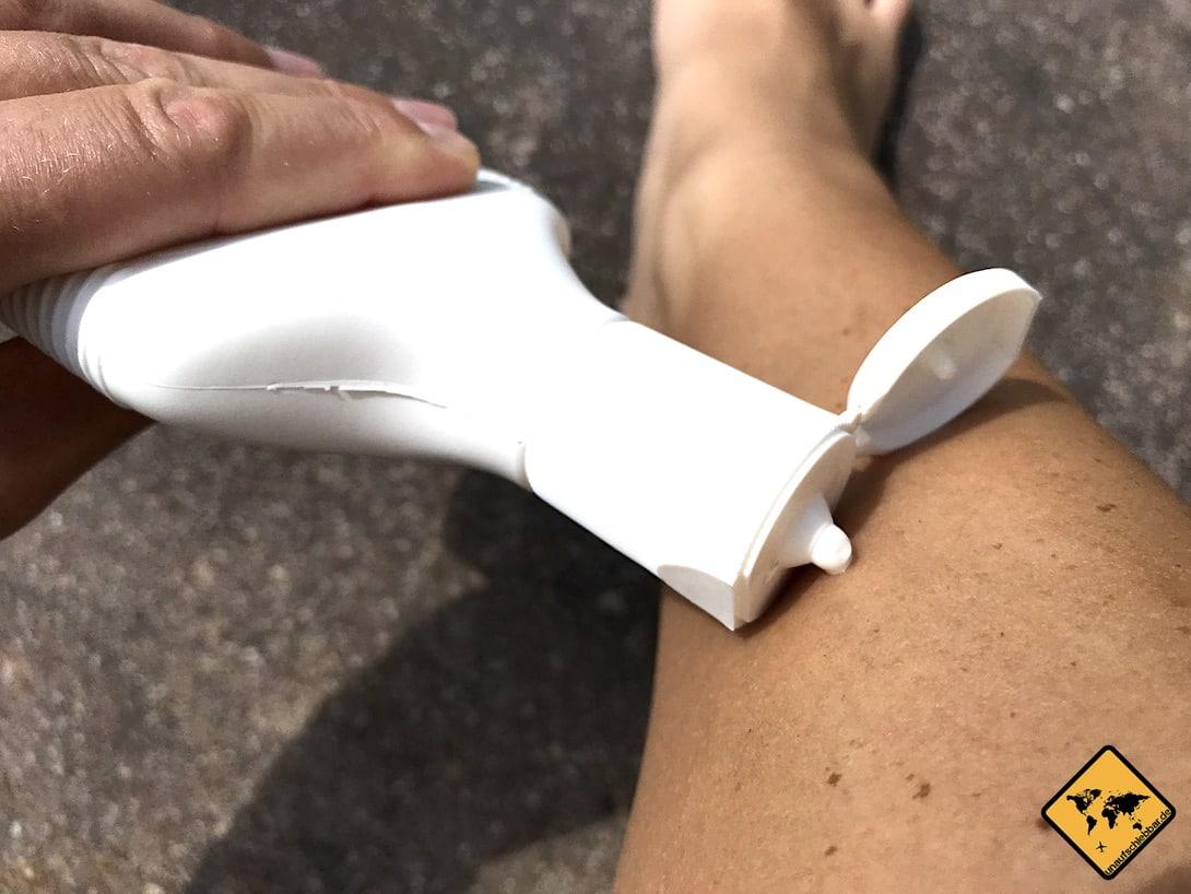 Hier siehst du die kombinierte Sonnen- und Mückenschutz Creme von Sport Lavit beim Auftragen auf die Haut