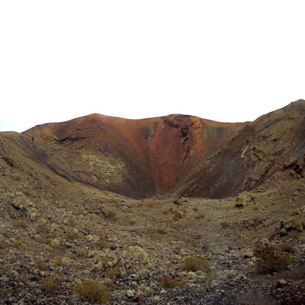 Nationalpark Timanfaya auf Lanzarote: Hier siehst du einen der Krater, an denen du während der Bustour vorbei fährst