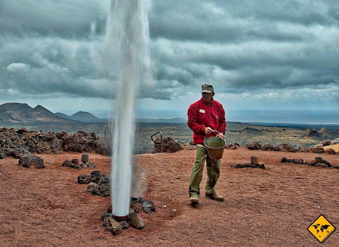 Die Wasserdampf-Fontäne im Timanfaya Nationalpark ist speziell für Kinder sehr beeindruckend