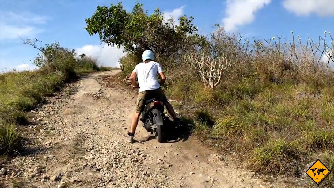 Die Straßen auf Nusa Penida sind teilweise nichts für unerfahrene Fahrer. Hier siehst du z.B. die Straße, die zum Saren Cliff führt.