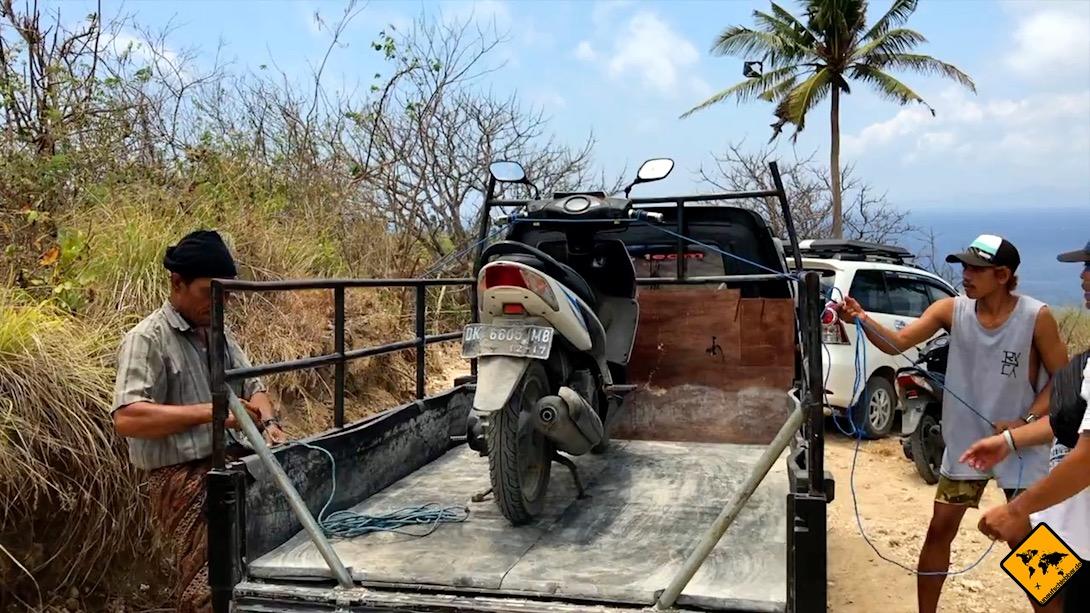 Die Fortbewegung auf Nusa Penida läuft leider nicht immer reibungslos. Hier siehst du den Transporter, mit dem der Roller abtransportiert wurde.