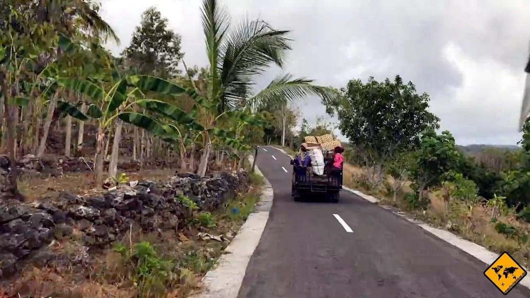 Die Straße, die von der Nordküste hinauf ins Inland zum Atuh Beach führt, ist schmal, aber zweispurig und auch für Autos ausreichend breit