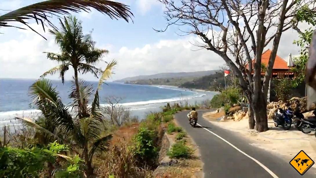 Die Küstenstraße im Norden von Nusa Penida ist zweispurig, aber trotzdem nicht allzu breit