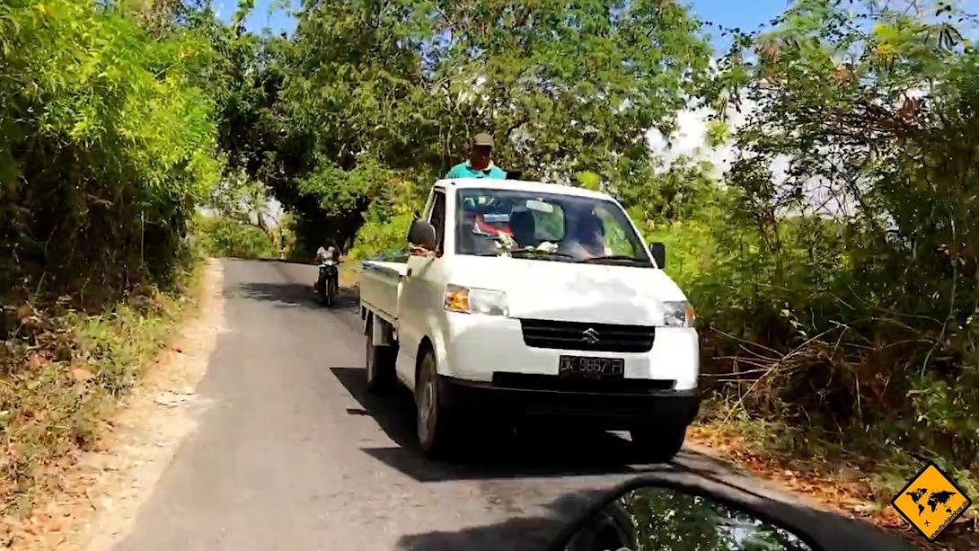 Wenn du einen Mietwagen auf Nusa Penida aussuchst, solltest du darauf achten, dass dieser nicht allzu breit ist, da die Straßen oftmals nicht allzu viel Platz bieten