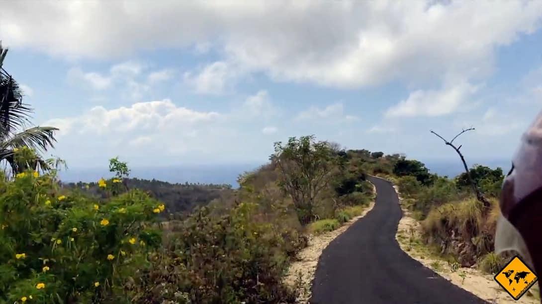 Viele Straßen auf Nusa Penida werden erneuert. Hier siehst du z.B. den neuen Straßenabschnitt, der fast bis zum Atuh Beach reicht.