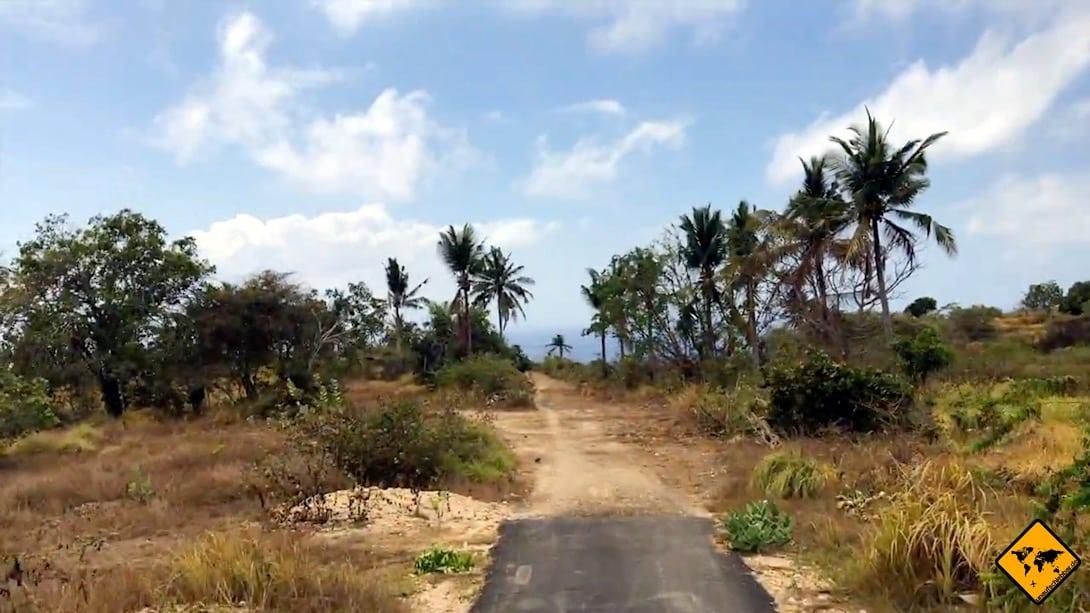 Manchmal kann es dir auf Nusa Penida auch passieren, dass die asphaltierte Straße einfach endet. Daher solltest du nach Möglichkeit schon Erfahrung mitbringen, wenn du auf Nusa Penida selber fahren möchtest.