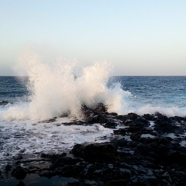 Aufprallende Wellen am Playa Montaña Bermeja
