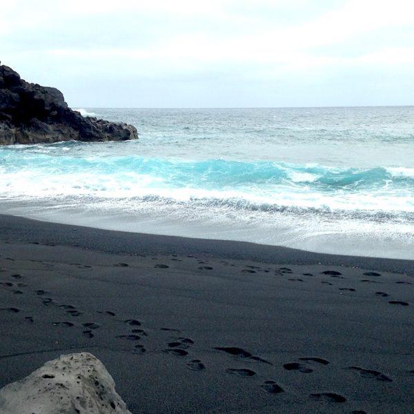 Der Playa Montaña Bermeja bietet dir schwarzen Strand