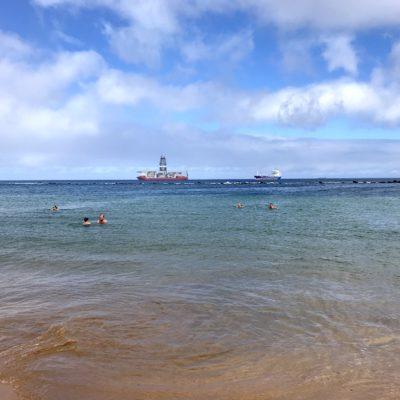 Wenn du den Playa Teresitas besuchst, solltest du auch auf Ölbohr-Schiffe vorbereitet sein, die vor dem Strand ankern