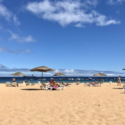 Blick auf den meist gut besuchten Playa Teresitas Teneriffa