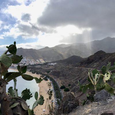 Blick vom empfehlenswerten Aussichtspunkt auf den Playa de las Teresitas Teneriffa
