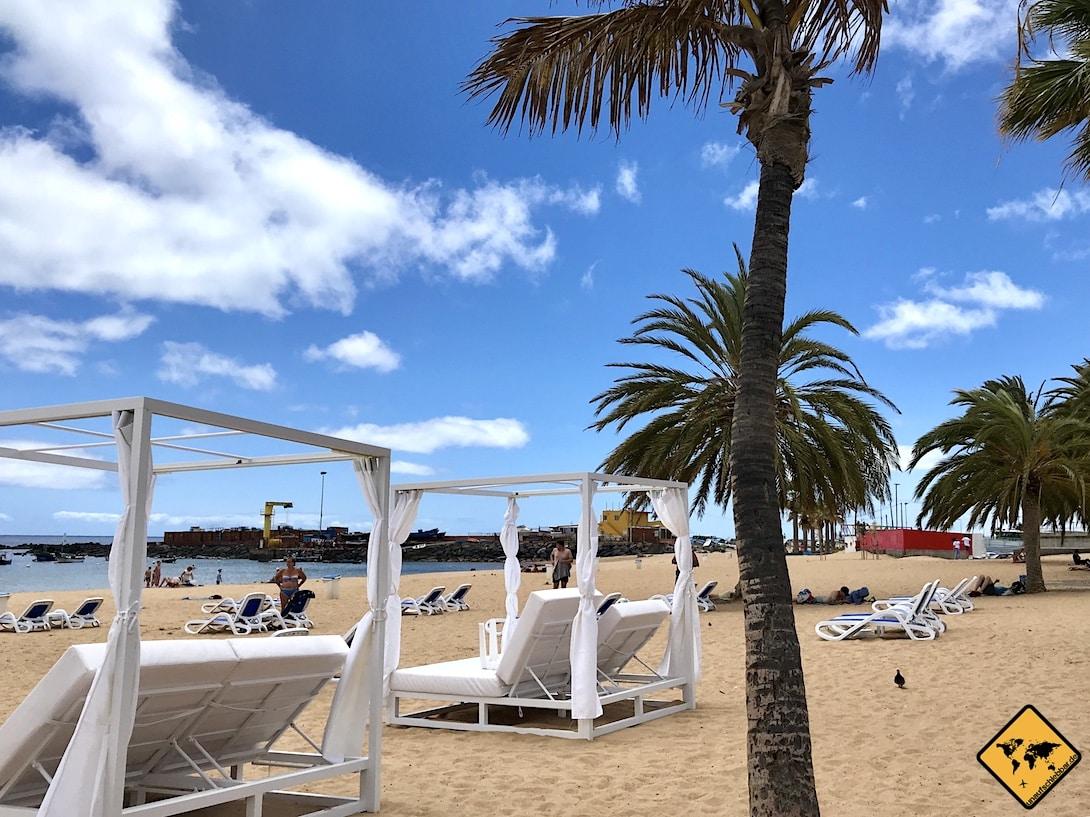 Vor dem Bistro La Isla kannst du auch luxuriöse Liegen mit Sonnenschutz mieten