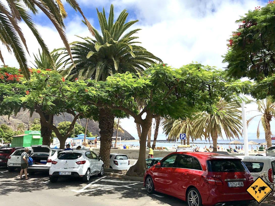 Am Playa de las Teresitas stehen dir viele kostenfreie Parkplätze direkt am Strand zur Verfügung