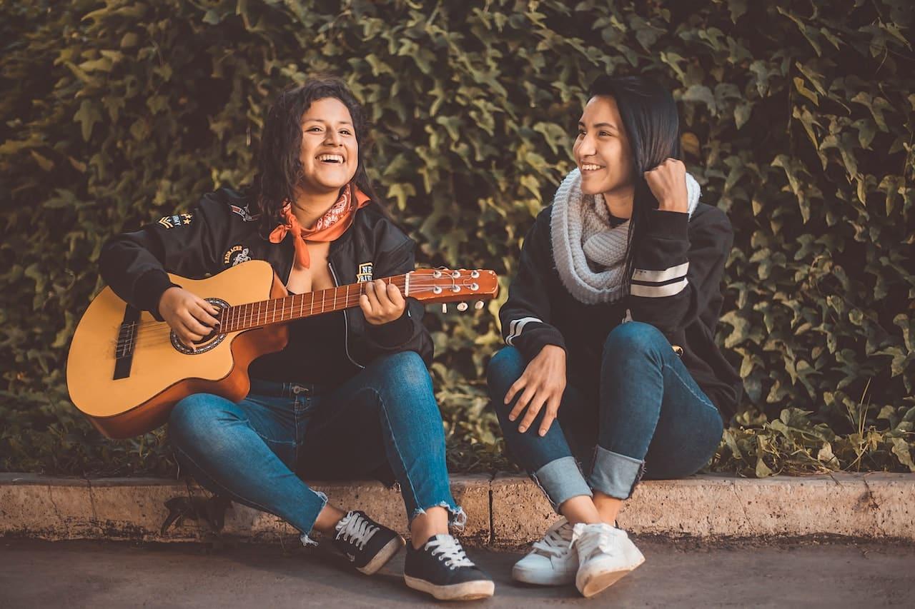 Portraitfoto Gitarre spielen