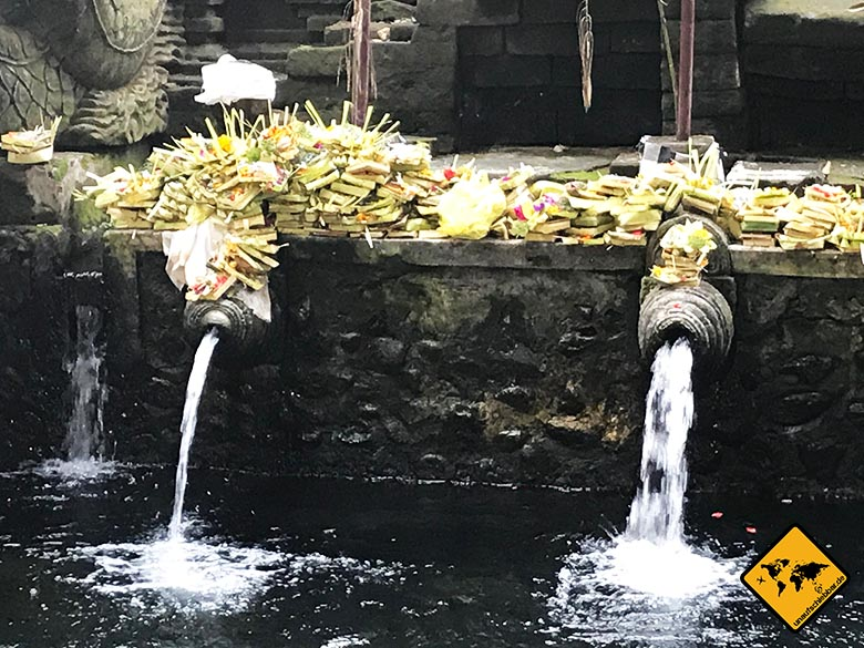 Pura Tirta Empul Temple heilige Quellen Opfergaben